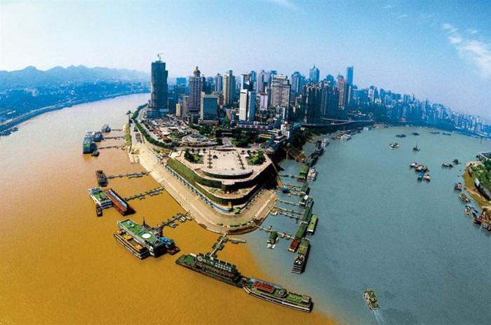 Место слияния рек Цзялин и Янцзы в Чунцине, Китай