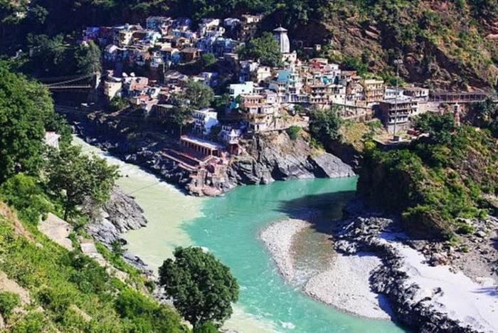 Место слияния рек Алакнанда и Бхагиратхи в Индийском городе Девапраяге