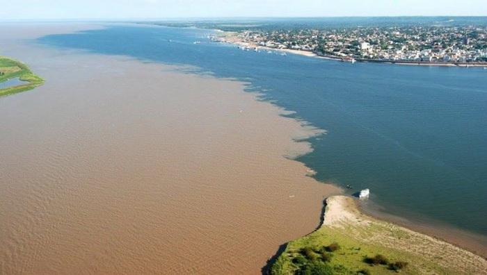 Место слияния рек Рио-Негро и Солимойнс недалеко от города Манаусе (Бразилия)Место слияния рек Рио-Негро и Солимойнс недалеко от города Манаусе (Бразилия)