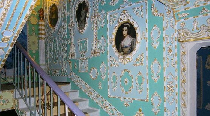 Пенсионер превратил подъезд в настоящий дворец
