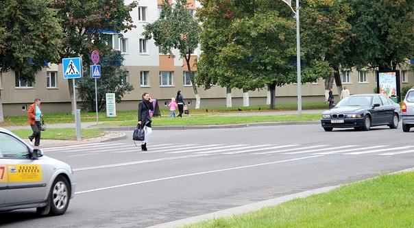 Пешеходы бросаются под колеса и вымогают деньги