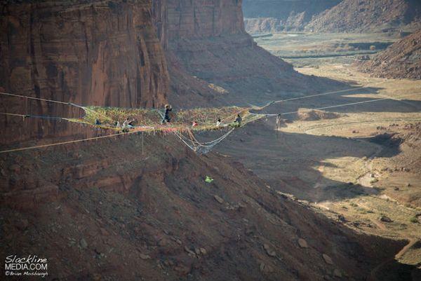 Необычный цветной гамак в пустыне Мохаве стал на один день любимым местом экстремалов