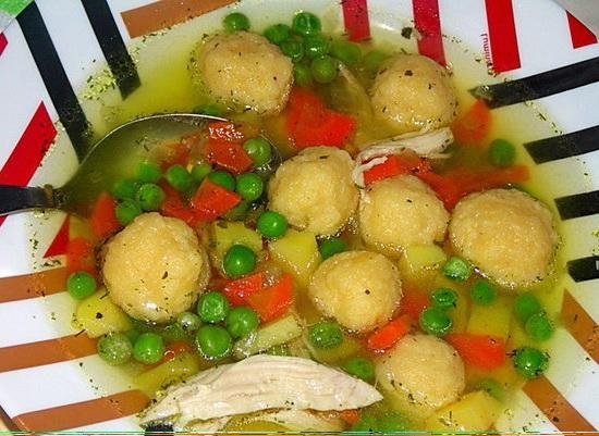 7. Куриный суп с сырными клёцками и зелёным горошком