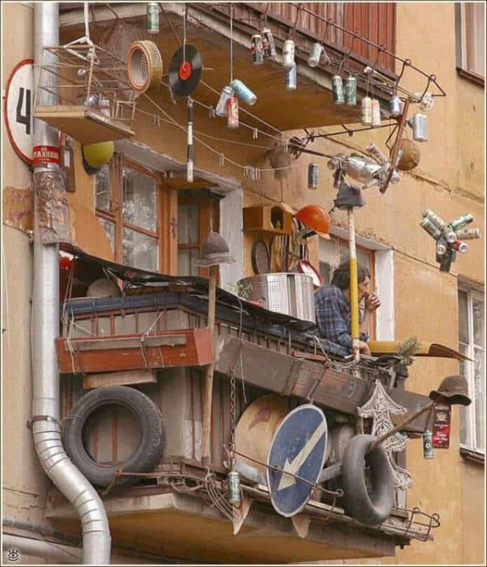 Кто-то подходит к оформлению балконов очень креативно