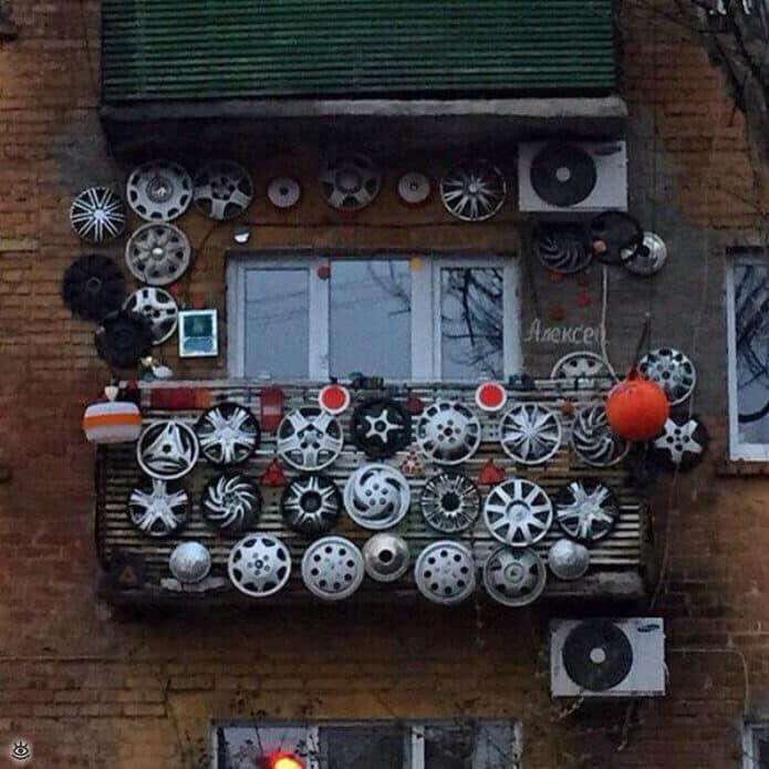 Например, хозяин этого балкона очень любит автомобильные диски