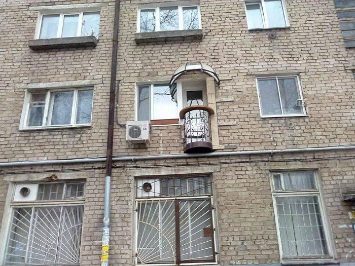 Красиво пристроил мини-балкончик