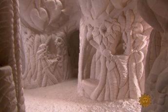 Мужчина живет в пещере со своей собакой уже 25 лет