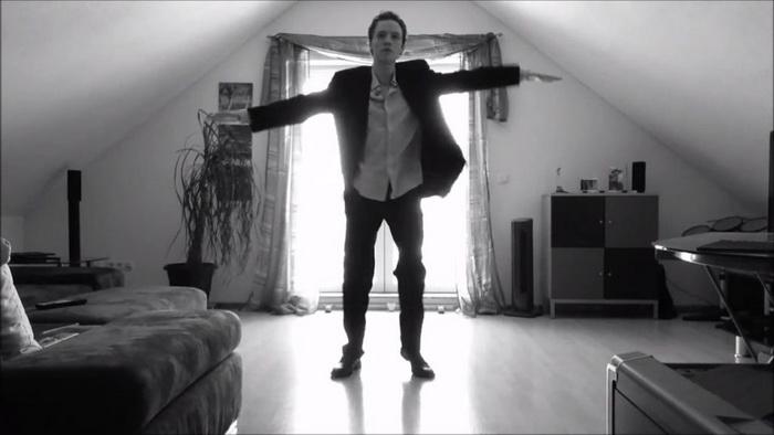 Парень заснял свой танец и выложил в интернет