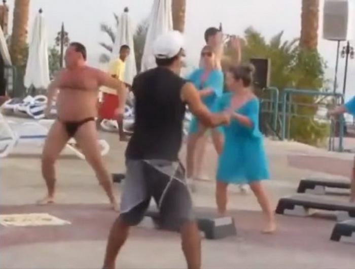 Танец на пляже сделал этого мужчину звездой интернета