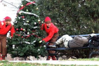 Мужчины одарили спящих бомжей подарками