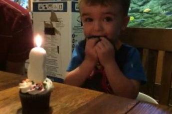 Малыш не мог задуть свечку на своем торте