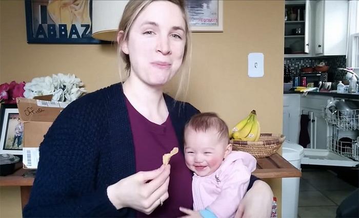 Малышка заливается смехом, когда мама ест чипсы