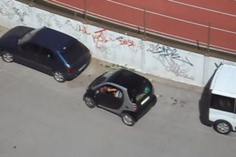 Женщина пытается припарковать свой крошечный смарт-мобиль
