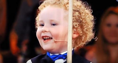 Этот 3-х летний малыш профессионально играет… в бильярд