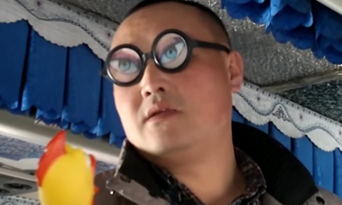 Невозмутимый китайский продавец довел до истерики русских туристов в автобусе