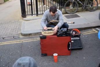 Уличный музыкант играет шедевры на теннисной ракетке и ложках