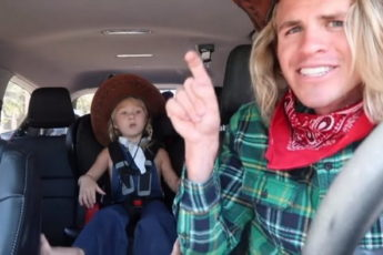 Папа с дочкой сняли СУПЕР-ШОУ в машине для мамы