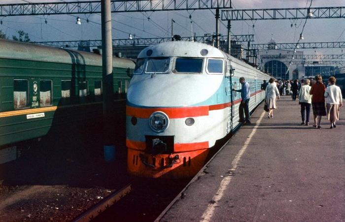 ЭР200 - советский скоростной электропоезд постоянного тока на Ленинградском вокзале в Москве, 1988 год