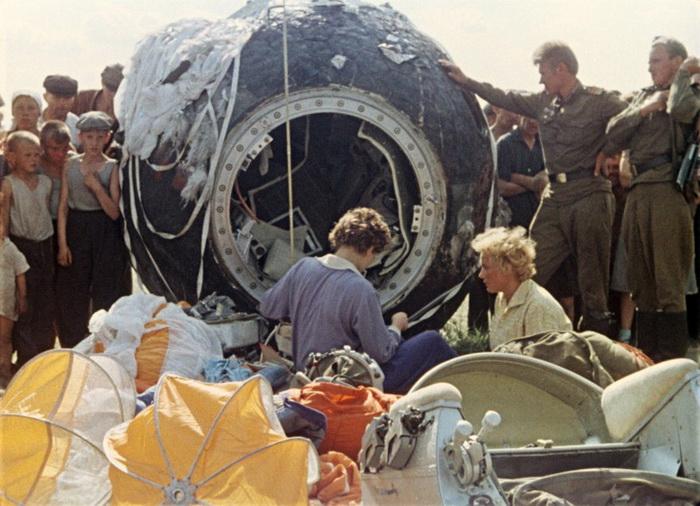 Первая женщина-космонавт Валентина Терешкова после приземления, Алтайский край, 1963 год