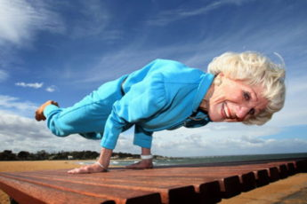 60-летняя бабушка танцует хип-хоп
